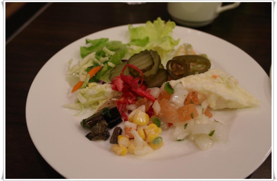 접시에 담긴 샐러드바의 음식