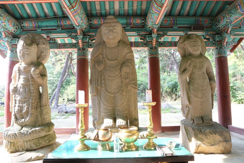 보물 제63호 경주 배동 석조여래삼존입상(慶州拜洞石造如來三尊立像